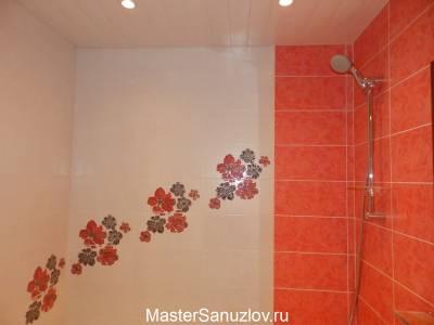 Яркий цветочный акцент в дизайне ванной комнате