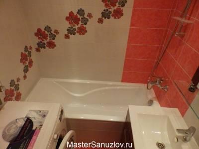 Яркий цветочный акцент в дизайне ванной