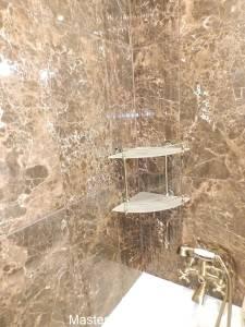 Плитка в ванную с текстурой коричневого камня