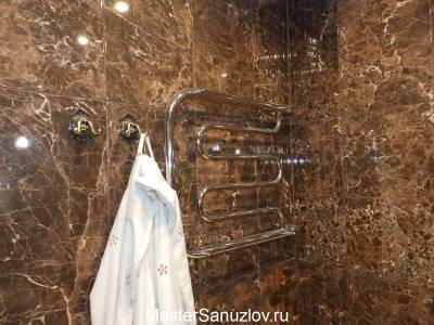 Плитка в ванную комнату с текстурой коричневого камня