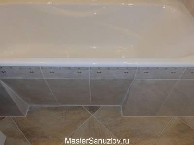 Экран под ванну отделанный светлой плиткой
