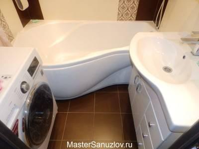 Угловая ванна в интерере маленького санузла