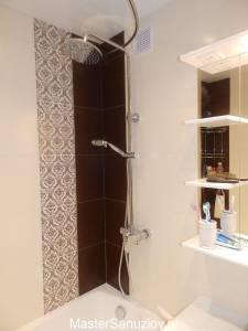 Простые белые полки для ванной комнаты