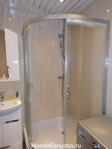 Простая душевая кабинка в интерьере ванной