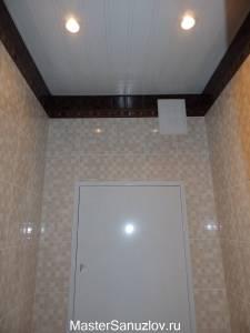 контрастная отделка потолка в санузле