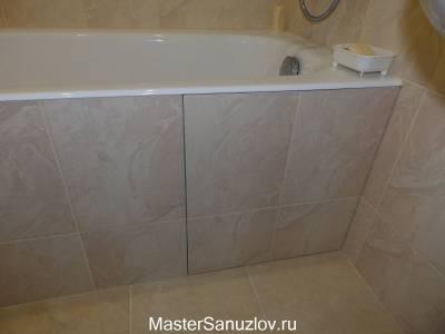 Незаметная маленькая дверь для доступа под ванну
