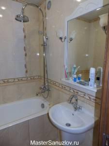 Светильник у зеркала в ванной