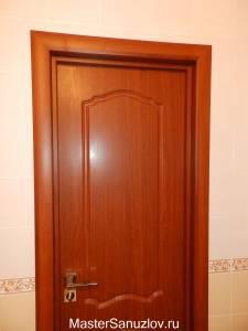 Коричевая дверь в ванную комнату