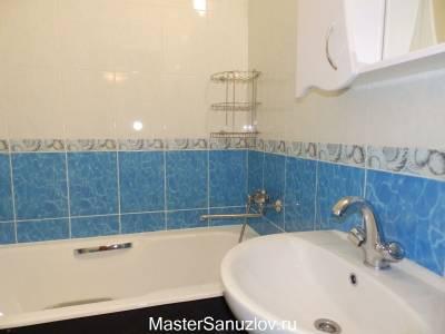 Голубая плитка в дизайне ванной комнаты
