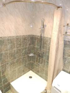 серая плитка в ванной