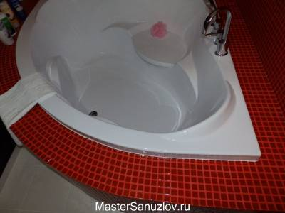 Угловая ванна в санузле
