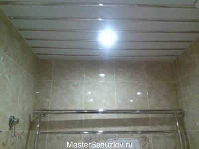 Живое фото потолка в  ванной комнате