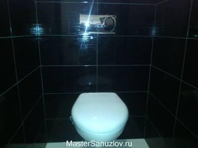 Белая сантехника в сочетании с черной плиткой