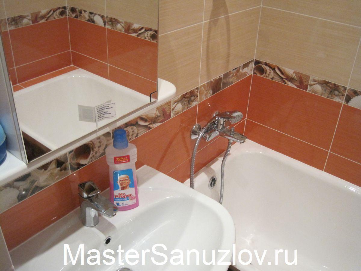 Большое зеркало в небольшой ванной с современным ремонтом