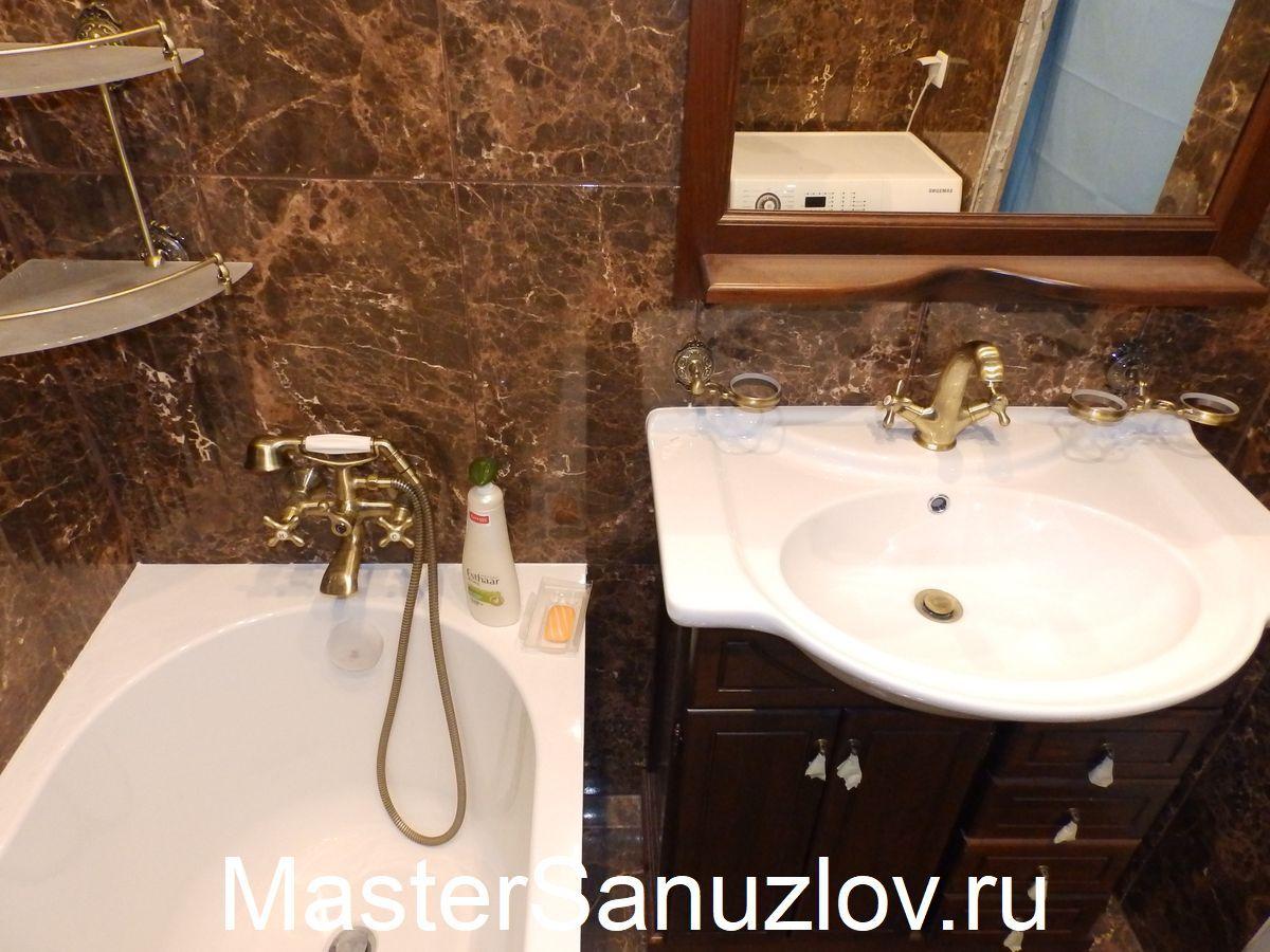 ванная комната с коричневой плиткой