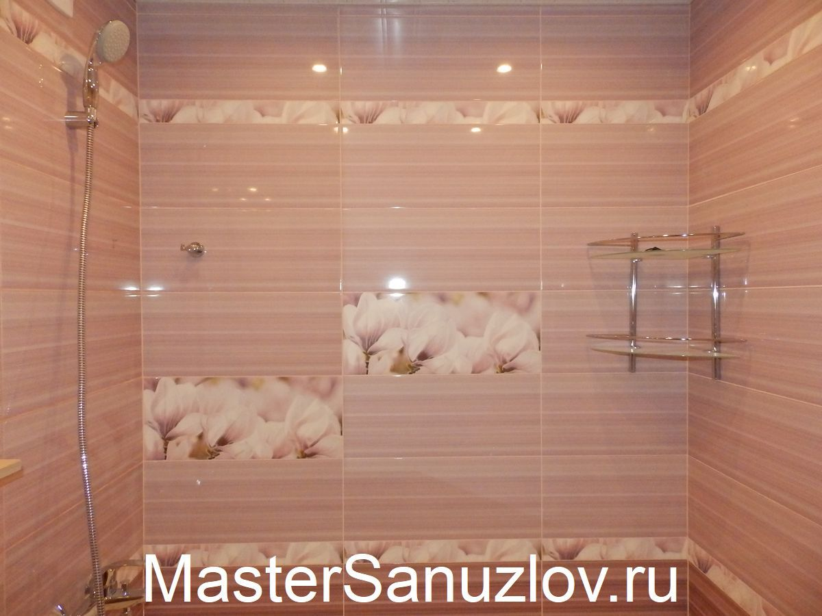 стена в ванной покрытая розовой плиткой
